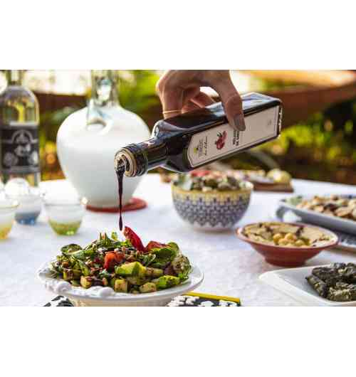 Pomegranate molasse - 25cl - Replaces balsamic vinegar to season salad and grilled vegetables. Serves as a marinade for red and white meats. Add a hint of acidity on your hummus and baba ghanouj with a drizzle of the pomegranate molasses. Ingredients : Fresh pomegranate juice (no added sugar)